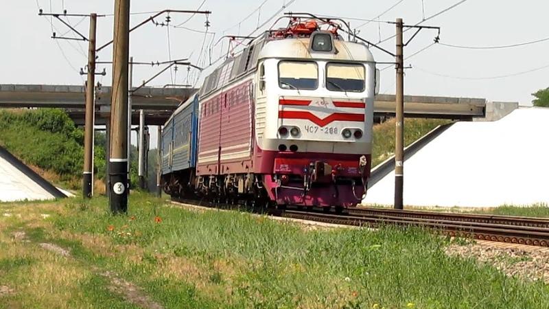 Электровоз ЧС7 288 с пассажирским поездом и приветливой локомотивной бригадой 08 06 2014