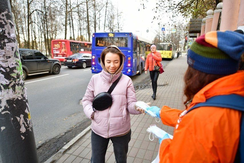 В Ярославле раздают медицинские маски на остановках общественного транспорта