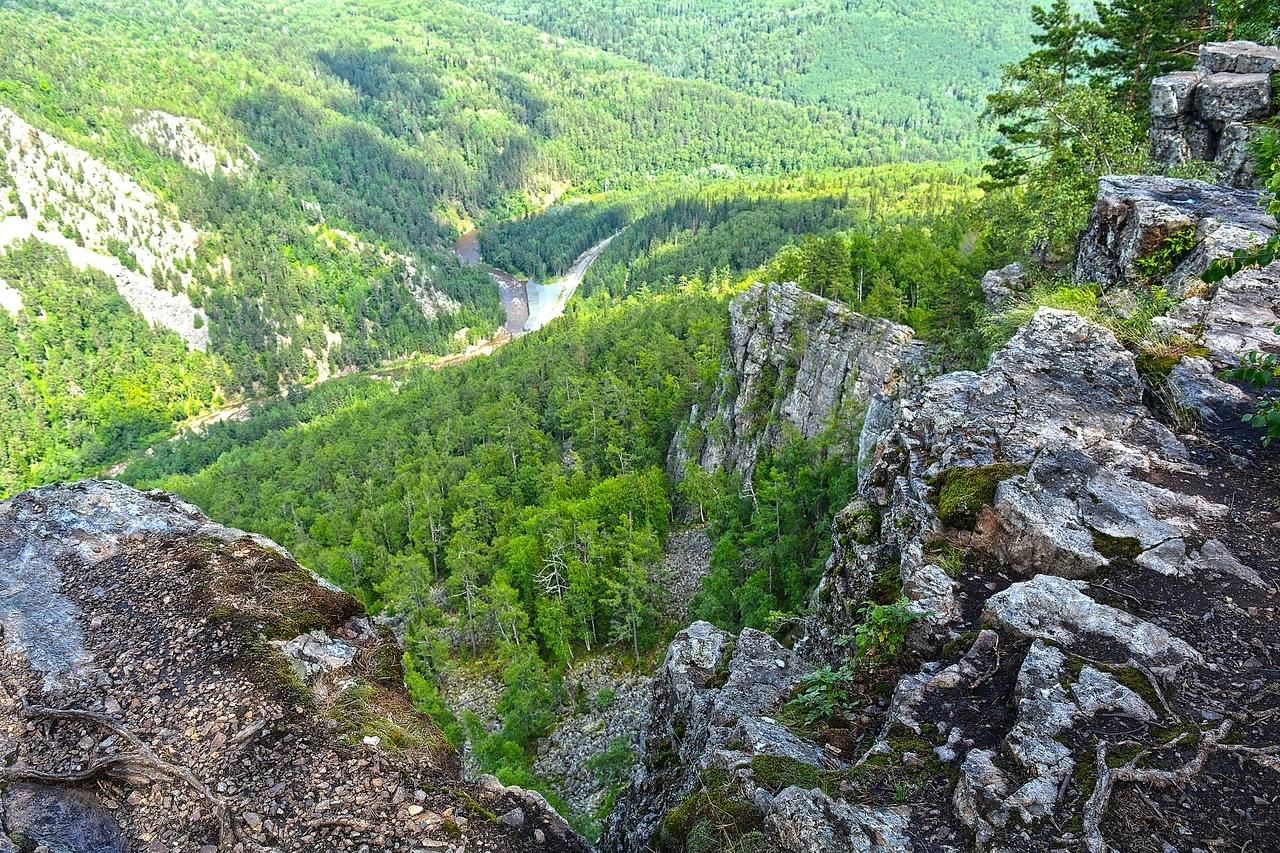 Зелёное море башкирской тайги. Внизу тонкой змейкой извивается река Инзер.