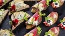 Atrakcyjne przekąski na imprezę - ser blu, gruszka, salami i winogrono