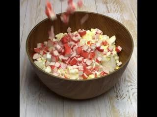 Крабовый салат с пекинской капустой (ингредиенты указаны в описании видео)