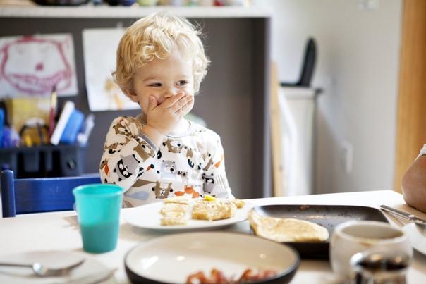 family eating breakfast - 914×774