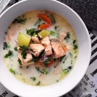 id_30141 Сливочный суп с лососем 🍵  Ингредиенты: ⠀ Лосось свежий — 800 г Картофель — 600 г Морковь — 1 шт. Лук красный — 1 шт. Сливки — 400 г Петрушка Зелёный лук Соль, перец — по вкусу ⠀ Приготовление: ⠀ 1. В большой кастрюле варим картофель, нарезанный кубиками, около 7 минут на достаточно сильном огне, но без закипания. 2. Добавляем рыбу, порезанную на крупные кубики, и варим ещё 10 минут. 3. Добавляем тонко порезанную морковку и красный лук. Варим 5 минут. 4. Вливаем сливки, добавляем рубленую петрушку, перчим, досаливаем. 5. При подаче посыпаем суп луком. ⠀ Приятного аппетита!  Автор: vikos_kokos  #gif@bon