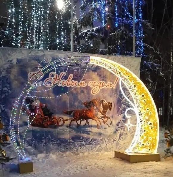 Вандалы испортили новогоднюю арку со светодиодной подсветкой на центральной площади Петровска