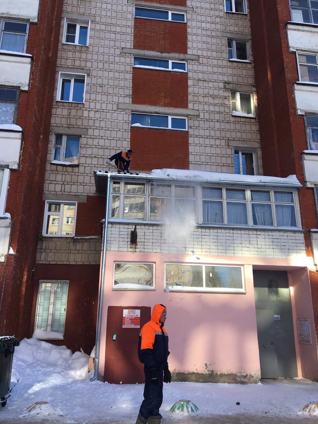 Чистка козырьков самозастроев над подъездами. Улица Московская