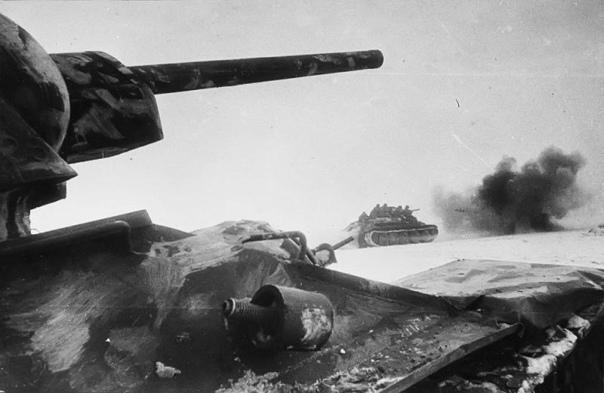 Советские танки Т-34 в наступлении