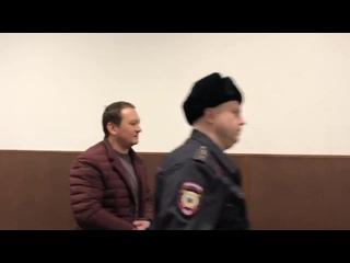 Конвой заводит в зал суда Игоря Ляховца, обвиняемого по делу Ивана Голунова
