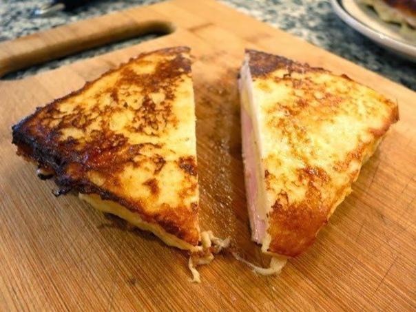 """Сэндвич """"Монте-Кристо"""" с ветчиной и сыром на сковороде"""