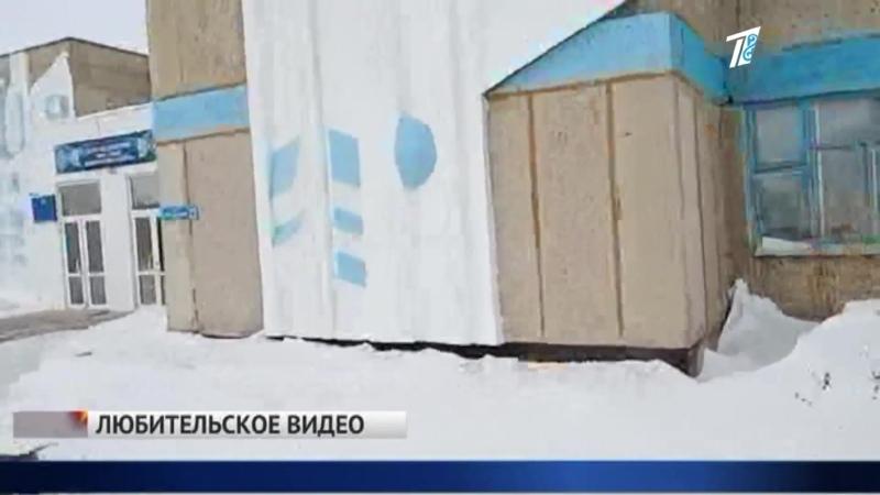 Зданию школы пририсовали в фотошопе новые окна и крышу