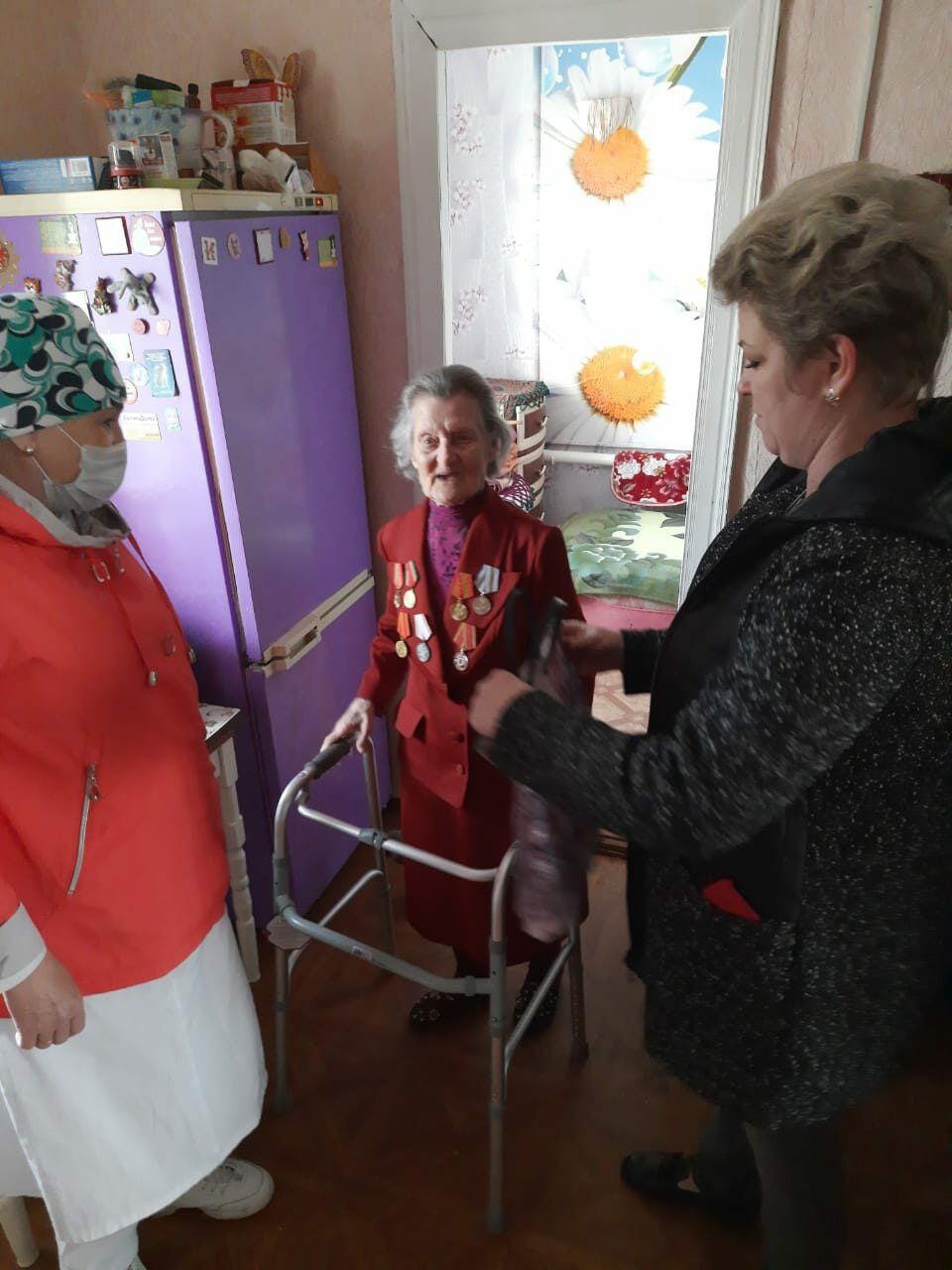 Ветераны-медики принимают поздравления