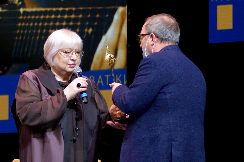 Режиссер Сергей Урсуляк вручает награду Президенту фестиваля Светлане Крючковой