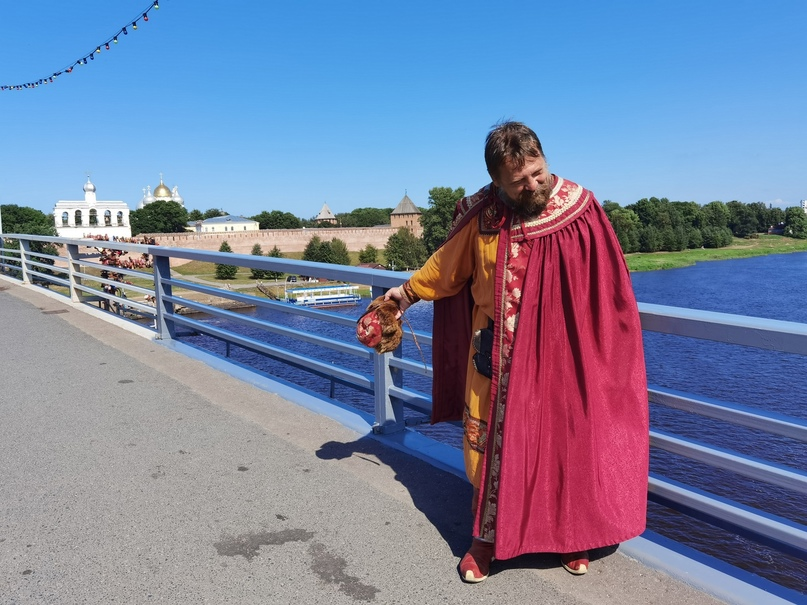 Посадник Сбыслав на Кремлевском пешеходном мосту приглашает посетить Новгородский Кремль