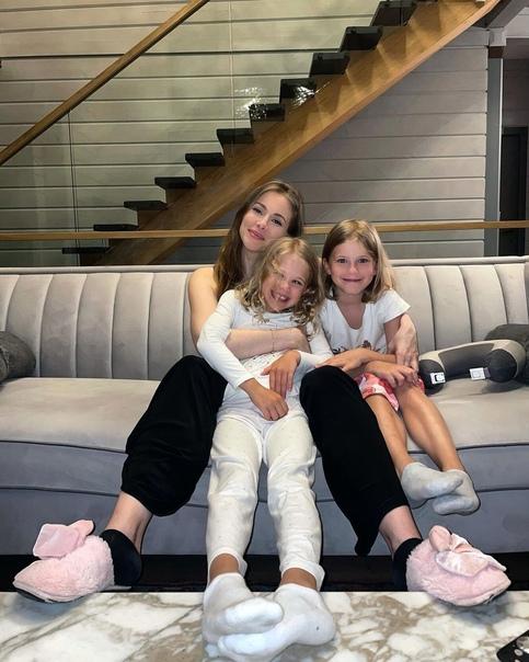 Стало известно, что Тата Бондарчук беременна новым третьим ребенком: «Подарок с меня!» Вот уже действительно, подарок. Поздравляем ее от всей души и от всего