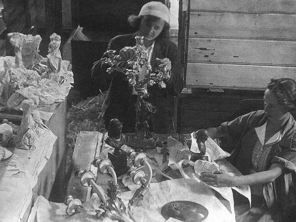 Ст.научный сотрудник М.В.Дергачева и музейная рабочая А.А.Старова во время переупаковки эвакуированных музейных экспонатов в хранилище Сарапула.1943г. ГМЗ «Гатчина»