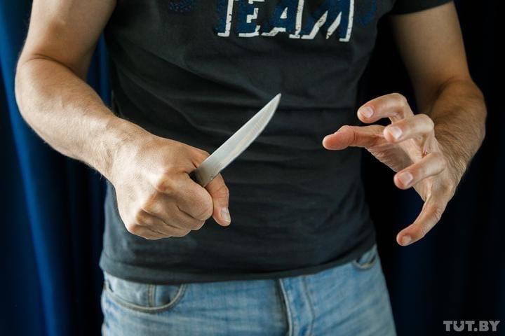 В Молодечно пьяный мужчина несколько раз ударил ножом бывшую супругу на глазах у сына