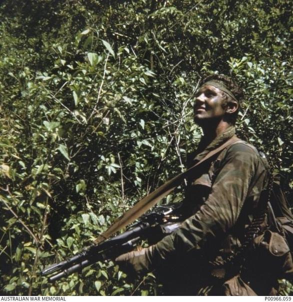 Военнослужащий SASR Вооруженных сил Австралии Невилл Тейлор в ожидание вертолета на точке эвакуации, после проведения так называемого патруля - разведывательного выхода в джунгли Вьетнама 1971