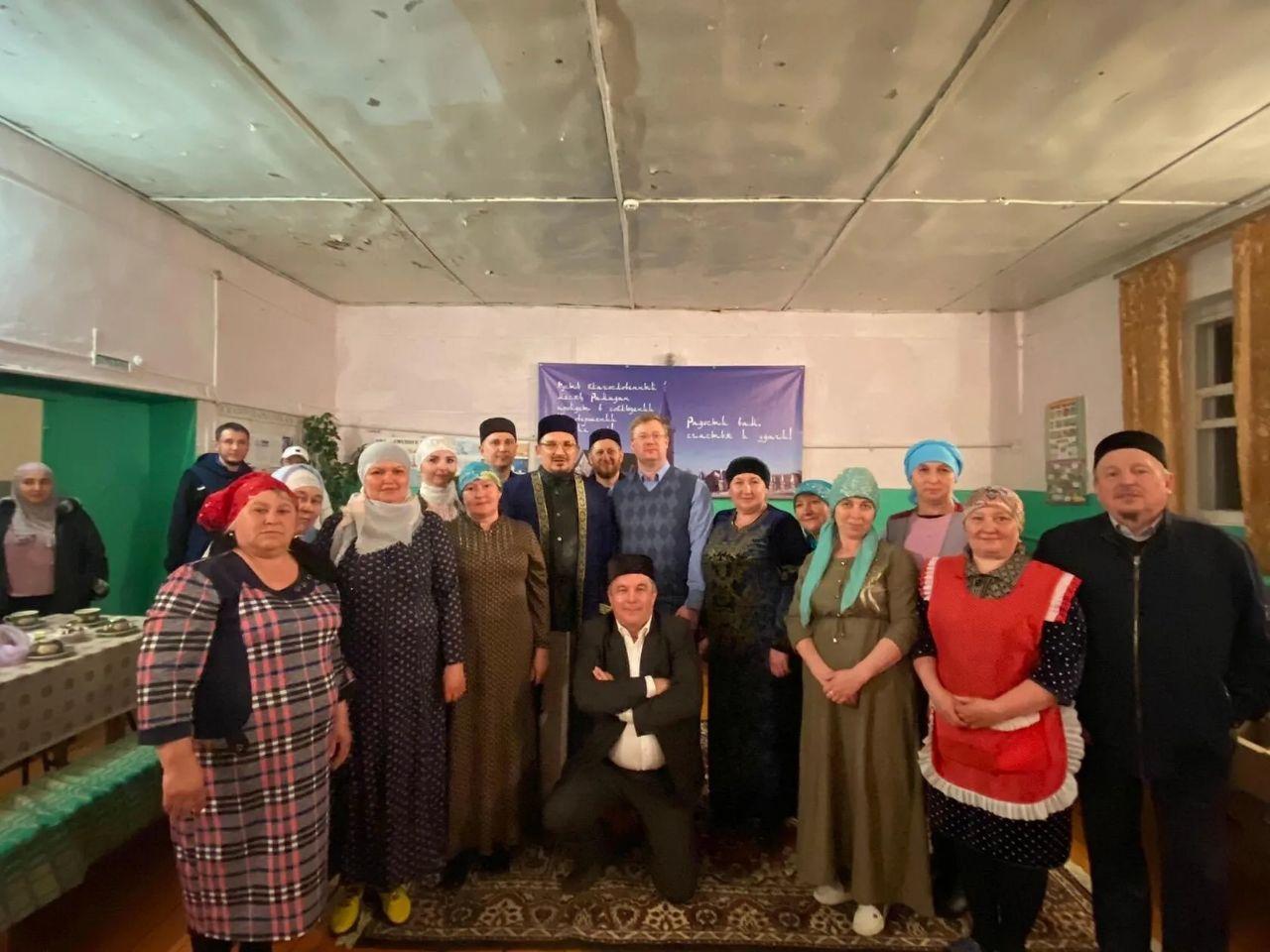 Муфтий Мукаддас-хазрат Бибарсов и глава Петровского района Денис Фадеев приняли участие в ифтаре, состоявшемся в селе Новая Усть-Уза