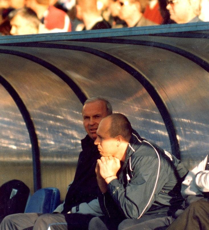 8 мая 2003 года. Вячеслав Могильный вместе с Беньяминасом Зелькявичусом на скамейке запасных «Балтики» во время игры с «Уралом»