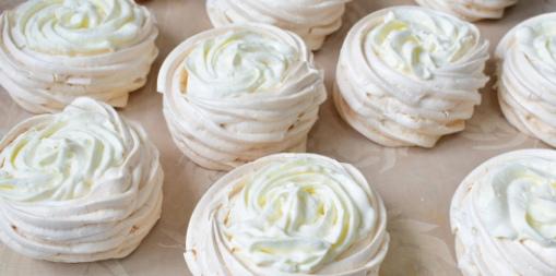 Пирожное «Павлова» с клубникой Многим известен такой десерт, как пирожное Павлова. Его делают с кремом, чтобы немного пропитать изнутри. А вот для декора отлично подходят свежие ягоды.