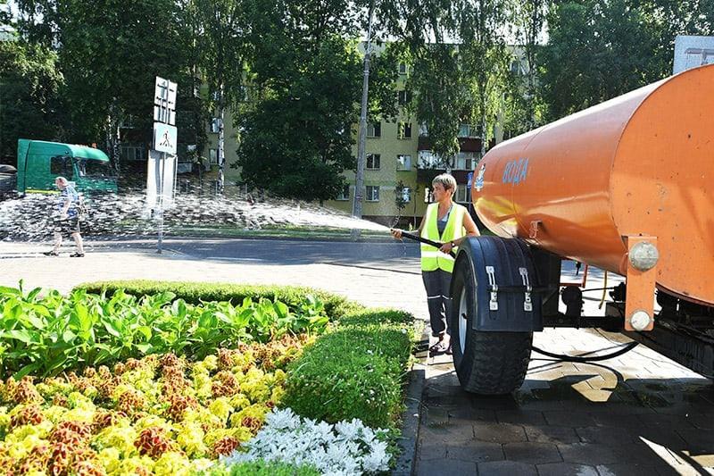 Живительная влага. Как в Советском районе спасают от жары цветы и деревья