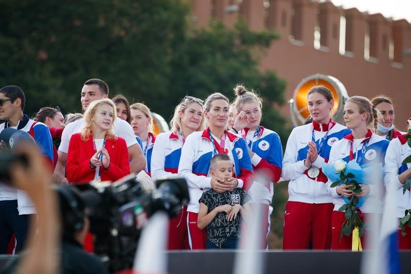 Серебряный подъем на Васильевский спуск. Как российских гандболисток чествовали на Красной площади, изображение №8