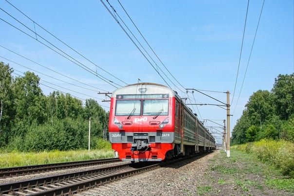 Ускоренный электропоезд ЭД4М-0419 рейсом № 858 соо...
