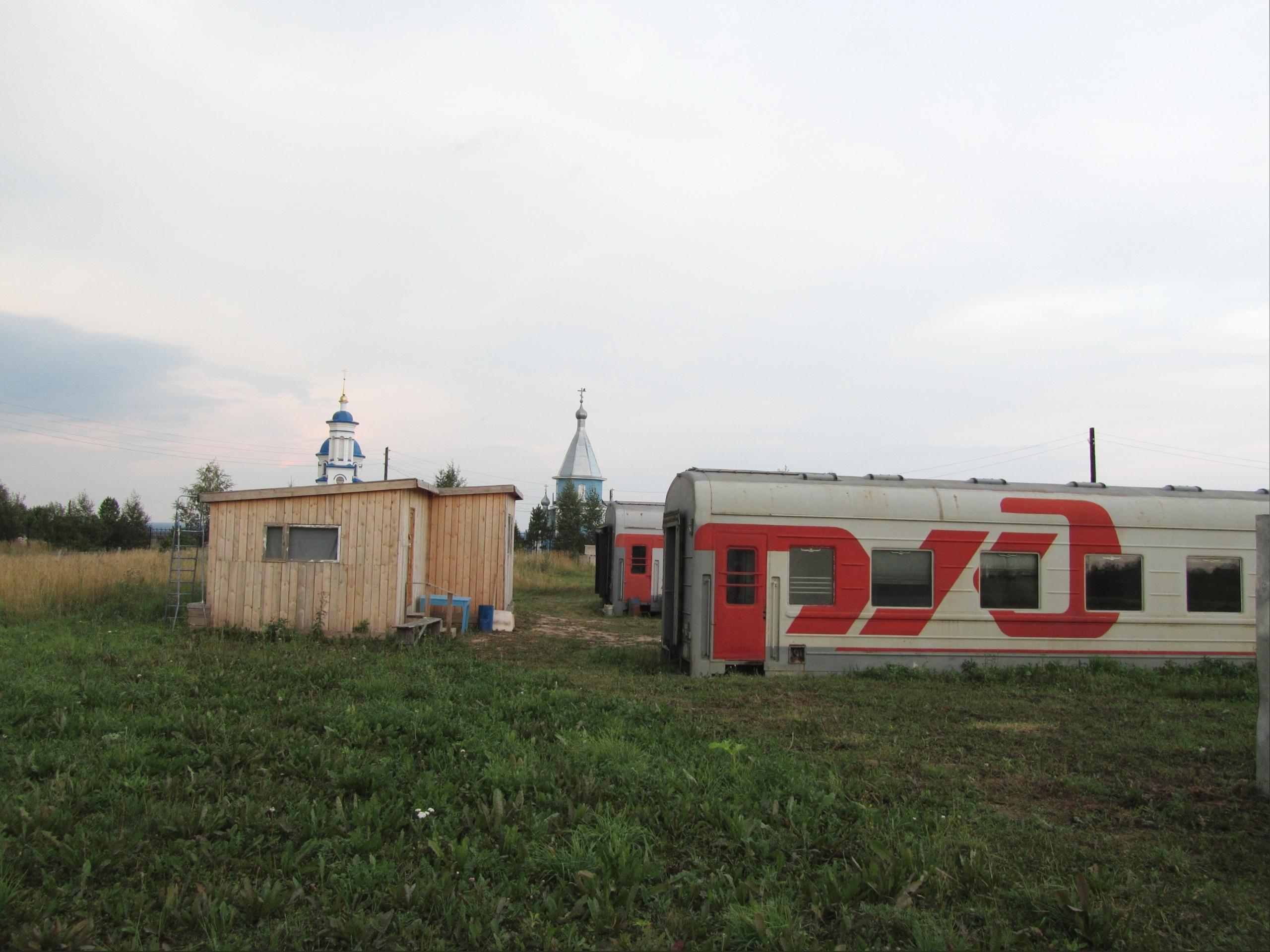 Вагоны у Серафимовского монастыря в Ыб