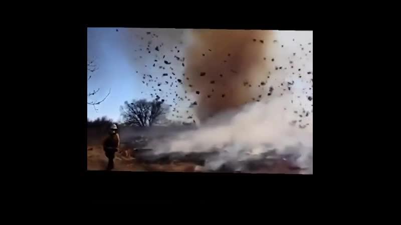 Снято во время пожаров в Калифорнии, выглядит как заклинание мага ветра.