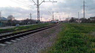 ЭП2Д-0115 в сумерках Евпатории следует на станцию Евпатория-Курорт [КЖД 2021]