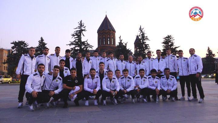 """Football Federation of Armenia on Instagram 1⃣6⃣ տարի անց հայկական ֆուտբոլի անցյալն ու ապագան հանդիպեցին Գյումրիում ✅Հայաստանի Մ 21 հավաքականի տղաների զբոսանքը քաղաքում 🚶 ✅Արտակ…"""""""