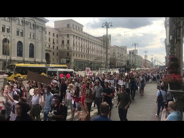 Тысячи людей идут на Октябрьскую площадь по проспекту Независимости, - корреспондент Свободы