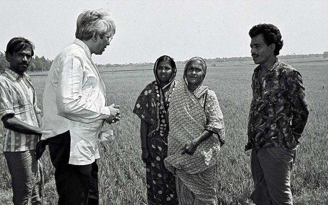 Фазле Хасан Абед и крестьяне. Бангладеш, 1983 год. Фото с сайта brac.net