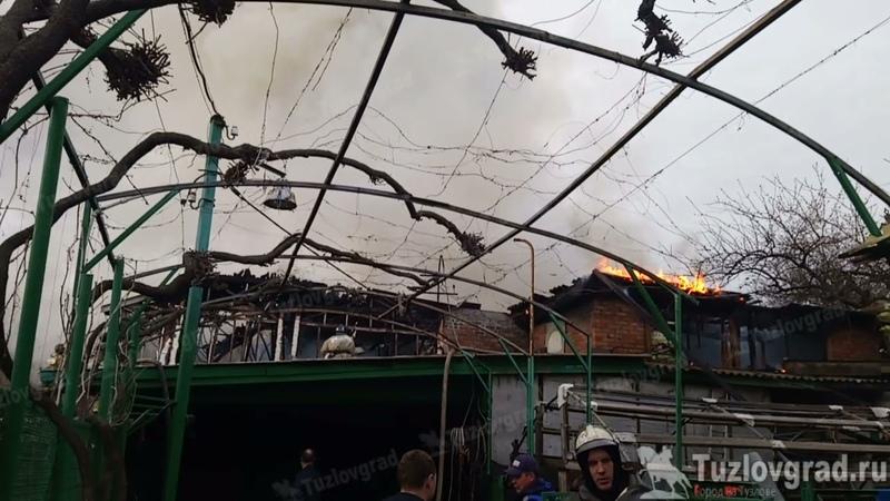 Видео с места крупного пожара на улице Красноармейской в Новочеркасске