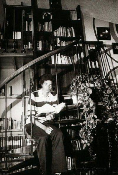 Юный Майкл в гостиной дома в Энсино